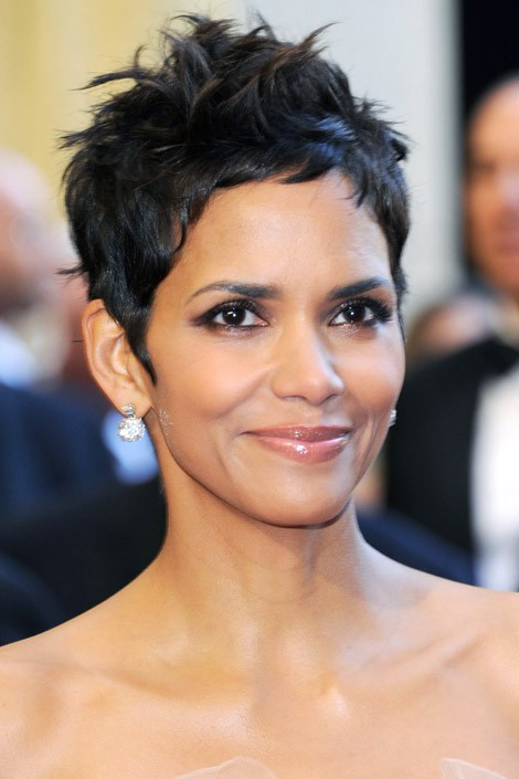 Halle Berry S Curly Haired Pixie Cut Is Proof That Girls With Curly Hair Can Go Short The Beauty Thesis
